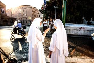 Două călugărițe, acuzate că au furat 500.000 $ dintr-o școală. În ce scop au folosit banii