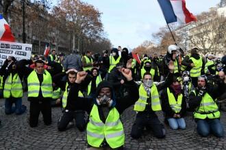 """Momentul în care """"vestele galbene"""" s-au pus în genunchi în fața polițiștilor în Paris. VIDEO"""