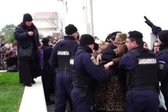 """Credincioșii s-au îmbrâncit la sfințirea noii biserici din Techirghiol: """"Ce faceți, săriți gardul?"""""""