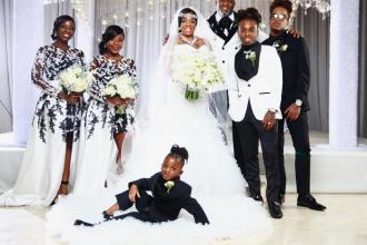 Cadoul de nuntă extravagant oferit de un cântăreț mamei sale. Ringul de dans era plin de bani. FOTO