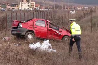 Maşina spulberată de un tren, în Cluj. Şoferul nu s-a asigurat la trecerea de cale ferată