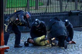 """Momentul în care un bărbat pătrunde ilegal în curtea Parlamentului. """"Venim după voi, politicienilor!"""""""