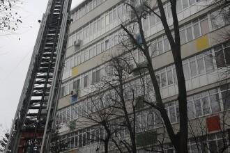 Incendiu de proporţii în Capitală, la etajul 7 al unui bloc. O persoană a murit