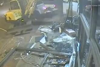 Doi hoţi au spart o bancă cu excavatorul. Cu ce pradă au plecat