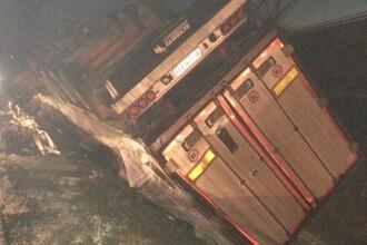 Un TIR cu carne s-a răsturnat la marginea drumului, în Hunedoara. Șoferul, blocat în cabină