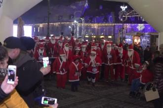 150 de sibieni îmbrăcați în Moș Crăciun au alergat în centrul orașului