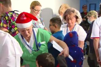 Spectacol pentru copiii bolnavi, oferit de medicii şi asistentele de la Fundeni