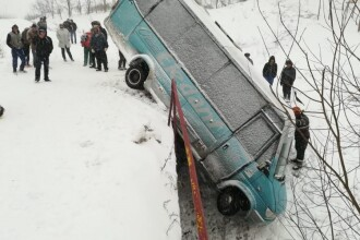 Microbuz căzut în râpă, la Botoşani. Cine era în autovehicul