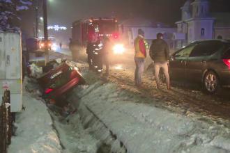 Doi tineri au ajuns cu mașina în șanț, după o manevră greșită făcută de șofer