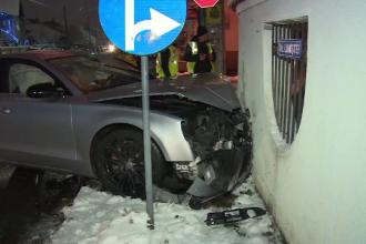 Mașină proiectată într-un gard din cauza unui alt șofer, în Dâmbovița