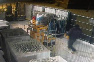 Pățania unui hoț beat care plecase să fure bere. A rămas agățat în gard, timp de 1 oră