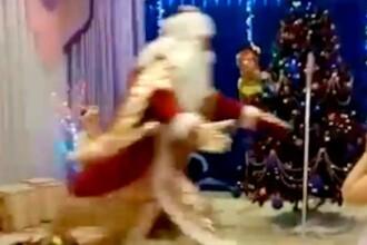 Momentul în care un Moș Crăciun se prăbușește și moare în fața unor copii. VIDEO
