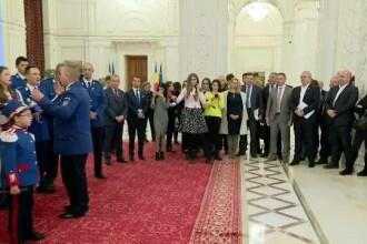 Liviu Dragnea a fost colindat de un cor de jandarmi, pe holurile Parlamentului. VIDEO