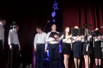 Momentul în care membrul unui cor cade secerat de pe scenă. Reacția dirijorului. VIDEO