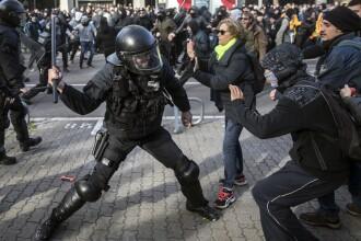 Proteste uriaşe în Barcelona. Separatiştii au ridicat baricade pe străzi