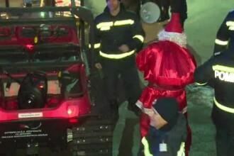 Moş Crăciun, adus de pompierii din Bistriţa cu şenilata. Reacţia copiilor