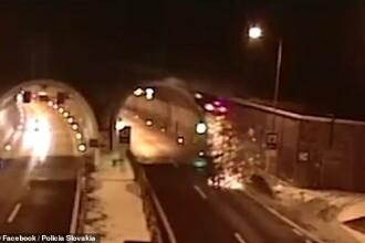 Momentul în care un BMW zboară de pe șosea și se izbește în acoperișul unui tunel