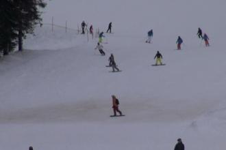 Turiștii au aglomerat pârtiile de la munte. Bugetul unei familii pentru sărbători