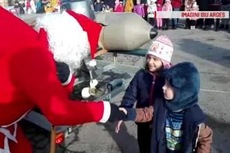 Copiii la care Moş Crăciun a venit cu barca pompierilor. Reacţia celor mici