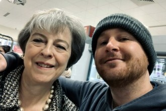 Theresa May s-a fotografia la cumpărături cu un fan. Ce i-a cerut bărbatul