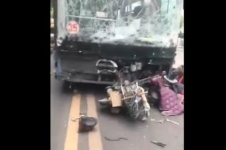 Un bărbat a deturnat un autobuz şi a intrat cu el în mulţime, în China. Sunt 5 morţi