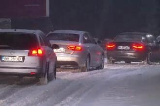 """""""Infern"""" pe șosele din Predeal după ninsoare. Mașinile au alunecat și au rămas blocate"""