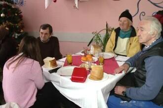 """Doi chefi au gătit pentru bătrânii de la azil. """"E altfel de gust, nu ca în toate zilele"""""""