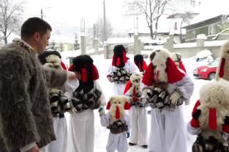 Tradiții românești în costume de 1.000 de euro. Reacția turiștilor străini