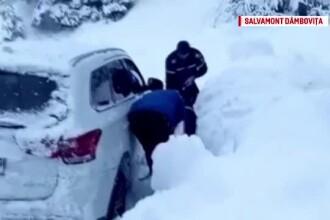 Experiență înfricoșătoare pentru zeci de turiști blocați. Mașinile, acoperite de zăpadă