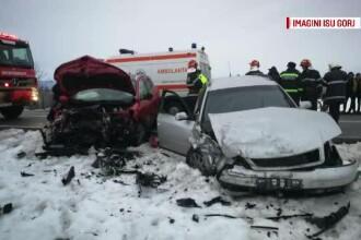 Opt răniți după ce un șofer a virat brusc la stânga. O gravidă și trei copii, la spital