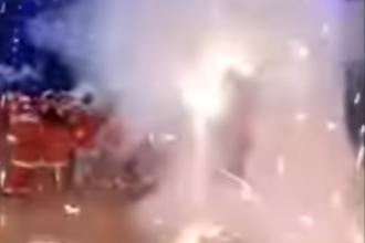 Momentul în care artificii de exterior încep să explodeze într-o grădiniță, la serbare