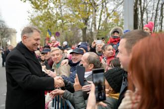 1 Decembrie în București. Klaus Iohannis a dat mâna cu românii care au asistat la paradă