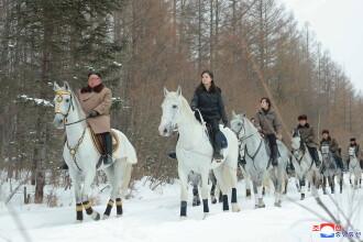 Kim Jong Un, fotografiat călărind un cal alb în zăpadă. Soția lui îl însoțea