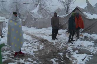 Migranții dintr-o tabără din Bosnia se spală cu zăpadă și riscă să moară