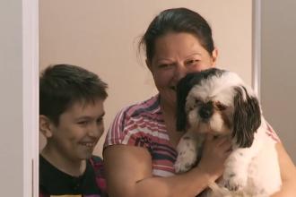 """Un băiat de 9 ani a trecut prin 17 operații ca să meargă. """"Visuri la cheie"""" i-a oferit o casă de vis"""