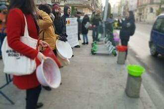 Protest cu ligheane în faţa Primăriei Capitalei.
