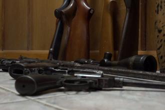 Prefectul județului Caraș-Severin, sub control judiciar pentru 60 de zile. Șeful serviciului arme și muniții, reținut