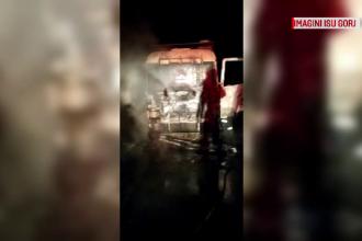 Un camion cu lemne a luat foc în mers, pe o șosea din Gorj. Șoferul s-a trezit înconjurat de flăcări