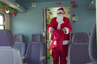 CFR a pus în circulație trenul lui Moş Crăciun. Ce rută are și cât costă biletul
