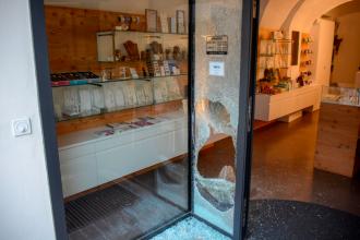 Un român care a spart un magazin de bijuterii din Elveția s-a predat. Valoarea pagubei