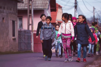 Povestea tinerei din Brasov care se lupta sa scoata mii de copii din saracie. Cati a adoptat