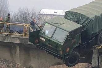 Camion militar, aproape să cadă de pe un pod în Dej. Un soldat a ajuns la spital