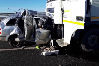 Un autoturism a fost strivit de un camion, într-un accident mortal petrecut în Suceava
