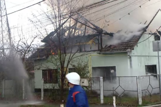 Casă cuprinsă de flăcări în Timișoara. Ce spun autoritățile despre cei care locuiau acolo
