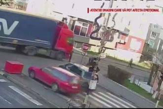 Momentul în care o femeie e lovită de un TIR pe trecerea de pietoni, în Suceava