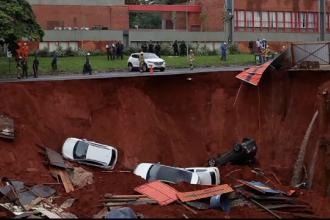 """Mașini """"înghițite"""" după ce o șosea s-a surpat din senin. Unde au fost surprinse scenele"""