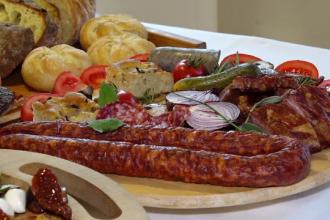 Cum au ajuns româncele să comande la restaurant mâncarea pentru masa de Crăciun
