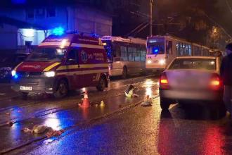 Pieton lovit de o maşină când traversa regulamentar şi aruncat câţiva metri mai departe