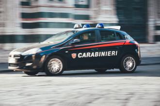 Un român a încercat să fure o mașină de poliție în Italia și i-a bătut pe agenții care au intervenit