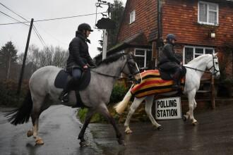 Apariții inedite la vot în Regatul Unit. Mai mulți alegători au mers la urne pe cai